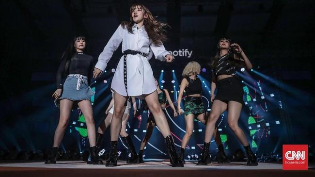 Girlbandyang dibentuk pada 2018 lalu inididapuk untuk membuka gelaran Spotify on Stage Jakarta 2019. (CNN Indonesia/Bisma Septalisma)