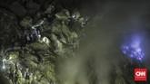 Para turis mulai melakukan pendakian ke Kawah Ijen sejak tengah malam. Fenomena api biru hanya bisa dilihat pada pukul 02.00-04.00 waktu setempat. (CNN Indonesia/Bisma Septalisma)