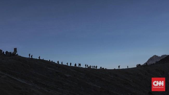 Iring-iringan pendaki menuju Kawah Ijen yang ramai sejak tengah malam hingga dini hari. (CNN Indonesia/Bisma Septalisma)