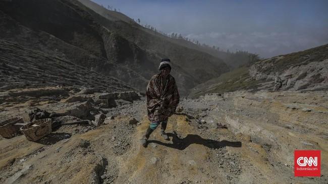 Medan pendakian di Kawah Ijen menanjak dengan curam dan berpasir. Namun pendaki amatir tetap bisa melakukannya dengan bantuan pemandu wisata. (CNN Indonesia/Bisma Septalisma)