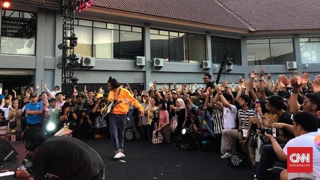 The Panturas yang mengusung genre rock selancar kontemporer ini berhasil membuat suasana penonton Synchronize Fest 2019 'panas'. (CNN Indonesia/M Andika Putra)