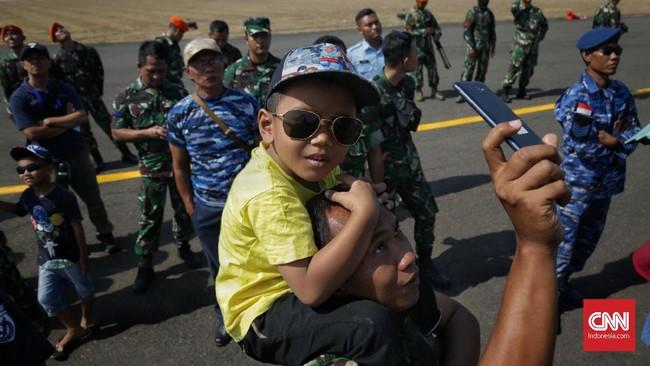 Warga pun turut antusias menyaksikan Upacara Perayaan HUT Ke-74 TNI di Lanud Halim Perdanakusuma, Jakarta, (5/10). Perayaan HUT ke-74 TNI bertemakan TNI Profesional Kebanggaan Rakyat.