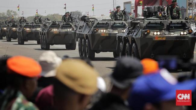 Prajurit Korps Marinir TNI AL dengan alutsista kendaraan tempur berarakan saat Upacara Perayaan HUT Ke-74 TNI di Lanud Halim Perdanakusuma, Jakarta, (5/10).