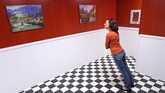 Seorang wanita berdiri di sebuah ruangan yang dibuat sedemikian rupa hingga menimbulkan ilusi miring. (AP Photo/Jens Meyer)