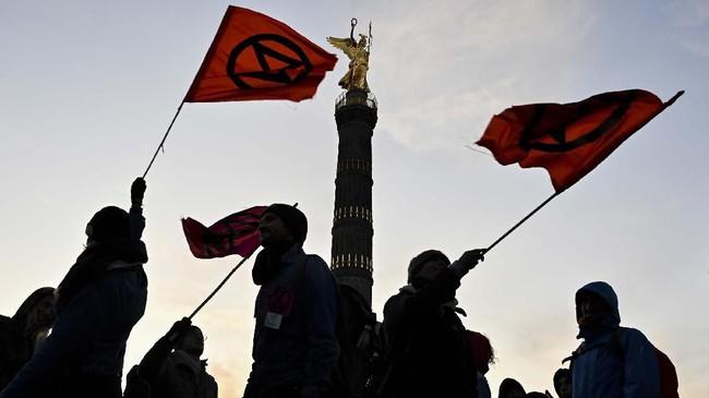 Para demonstran, seperti terlihat di Monumen Victory Column, Berlin, Jerman, berjanji akan mengganggu jalannya pemerintahan selama dua pekan jika negara tidak bersikap terhadap ancaman perubahan iklim. (Tobias SCHWARZ/AFP)