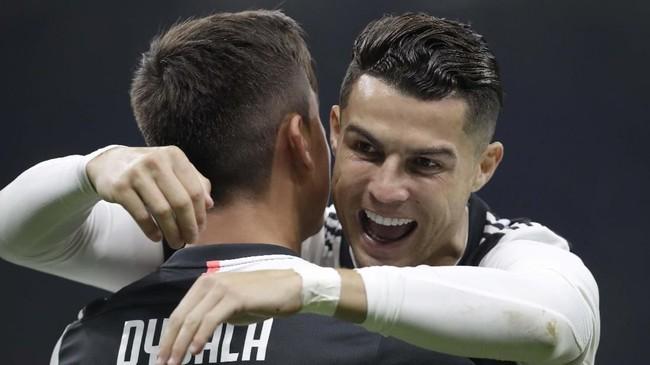 Cristiano Ronaldo merangkul Paulo Dybala yang berhasil mencetak gol pembuka Juventus ke gawang Inter Milan. (AP Photo/Luca Bruno)