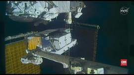 VIDEO: Astronaut Amerika Serikat Ganti Dua Baterai ISS
