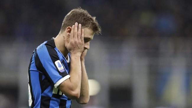 Nicolo Barella tampak kecewa setelah Inter Milan mengalami kekalahan perdana pada musim ini. (AP Photo/Luca Bruno)