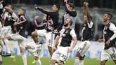 Juventus merayakan kemenangan di laga tandang. Bianconeri kini memimpin klasemen Liga Italia dengan 19 poin atau unggul satu poin dari Inter Milan. Anak asuh Maurizio Sarri pun menjadi satu-satunya kesebelasan yang belum terkalahkan di Liga Italia musim ini. (AP Photo/Luca Bruno)