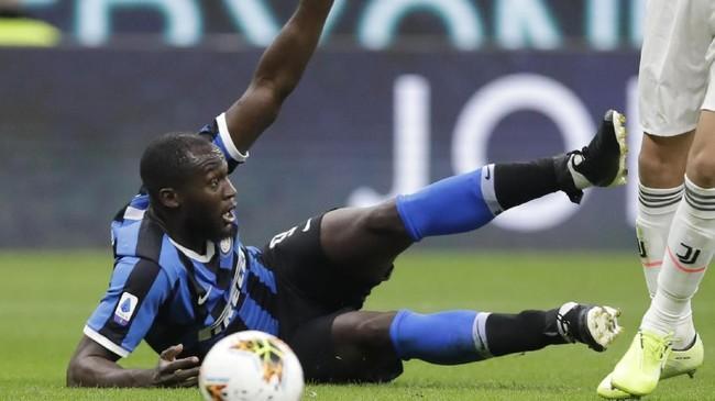 Romelu Lukaku terjatuh dalam upaya menerobos pertahanan Juventus. (AP Photo/Luca Bruno)