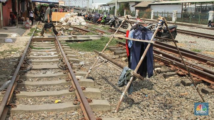 Salah satu warga yang tinggal di sana adalah Andri. Ia membayar sewa gubuk Rp 300 ribu per bulan.