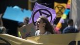 Para demonstran di Cape Town, Afrika Selatan mendesak supaya pemerintah mengambil langkah konkret untuk menekan emisi karbon untuk mencegah perubahan iklim. (RODGER BOSCH/AFP)