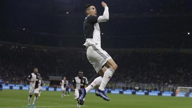 Pada menit ke-41, Cristiano Ronaldo sempat merayakan gol. Namun wasit menganulirnya karena Paulo Dybala yang memberi umpan lebih dulu berada pada posisi offside. (AP Photo/Luca Bruno)