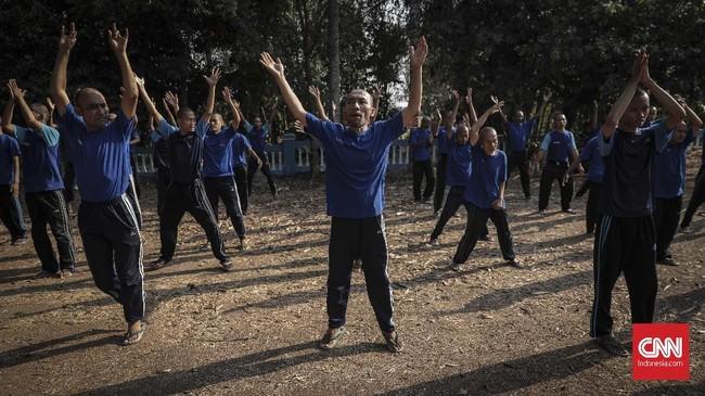Terapi penyembuhan untuk ODGJ di Yayasan Jamrud Biru dilakukan dengan cara tradisional seperti pijat saraf, totok, pemberian ramuan jamu, vitamin, hingga siraman rohani. (CNN Indonesia/Bisma Septalisma)