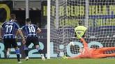 Lautaro Martinez baru mampu mencetak gol dari titik penalti. Pada menit ke-17, Inter menyamakan kedudukan menjadi 1-1. (AP Photo/Luca Bruno)