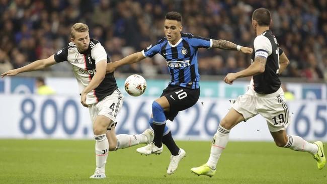 Matthijs de Ligt (kiri) dan Leonardo Bonucci (kanan) mengawal pergerakan Lautaro Martinez yang sedang menggiring bola. (AP Photo/Luca Bruno)