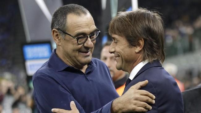 Maurizio Sarri dan Antonio Conte saling bertukar kata di sisi lapangan sebelum laga Inter Milan vs Juventus. (AP Photo/Luca Bruno)