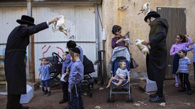Perayaan ini terfokus pada pengakuan dosa dan pertobatan diri. (AP Photo/Oded Balilty)
