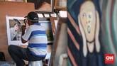 Sepanjang trotoar Glodok, di sekitar kawasan Kota Tua Jakarta, sekitar 20 pelukis jalanan duduk memamerkan karya. Mereka menerima jasa pembuatan sketsa wajah. (CNNIndonesia/Safir Makki)