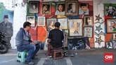 Meski pesanan lukisan tak tentu, namun ada saja yang memesan sambil menunggu selesai lukisan potret. (CNNIndonesia/Safir Makki)