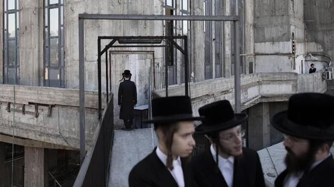 Dalam bahasa Ibrani, Tashlich artinya 'membuang'. Upacara ini dilakukan sebelum hari besar umat Yahudi, Yom Kippur yang dianggap sebagai hari tersuci yang dimulai saat matahari terbenam. (AP Photo/Oded Balilty)