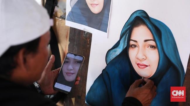 Pemesan bisa memberikan contoh fotonya melalui ponsel untuk dilukis. (CNNIndonesia/Safir Makki)