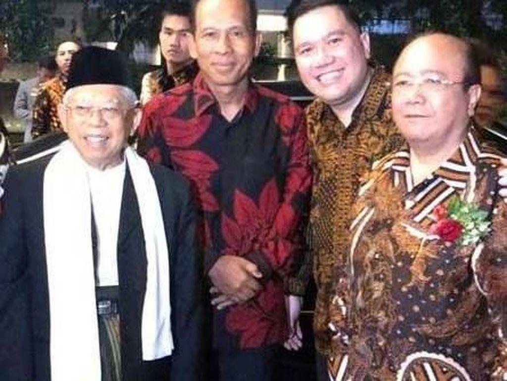 Buku tersebut juga menceritakan tentang perjalanan karir KH Maruf Amin selaku tokoh ulama yang sarat pengalaman dalam berbagai aspek kehidupan baik sebagai pengajar, politikus maupun di bidang keuangan atau perekonomian sebagai anggota Komite Ahli Pengembangan Bank Syariah Bank Indonesia.