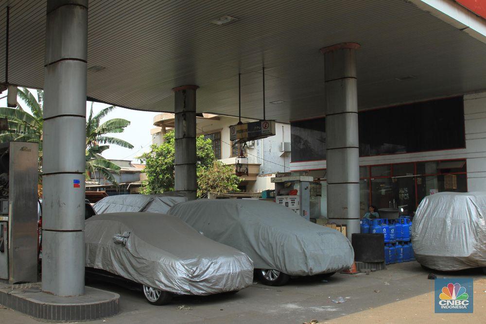 SPBU ini lambat laun mengalami perubahan menjadi penitipan mobil. Tarif yang dipatok sebesar Rp 350 ribu per bulannya. (CNBC Indonesia / Tri Susilo)