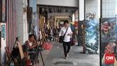 Di sepanjang trotoar jalan Pintu Besar Selatan Tiga, Jakarta Barat, kita dapat melihat jajaran pelukis jalanan menggarap lukisan pesanan dengan berbagai karakter dan kepiawaian. Pelukis jalanan ini menjadi salah satu destinasi wisata di Kota Tua Jakarta. (CNNIndonesia/Safir Makki)
