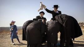 FOTO: Tashlich, Upacara Pembersihkan Dosa di Israel