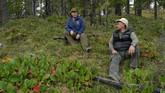 Presiden Rusia, Vladimir Putin (kiri) sedang duduk bersama Menteri Pertahanan Rusia, Sergei Shoigu, saat menjelajah hutan di Siberia. Keduanya mengambil cuti untuk bertualang menjelang ulang tahun Putin. (Alexei Druzhinin, Sputnik, Kremlin Pool Photo via AP)