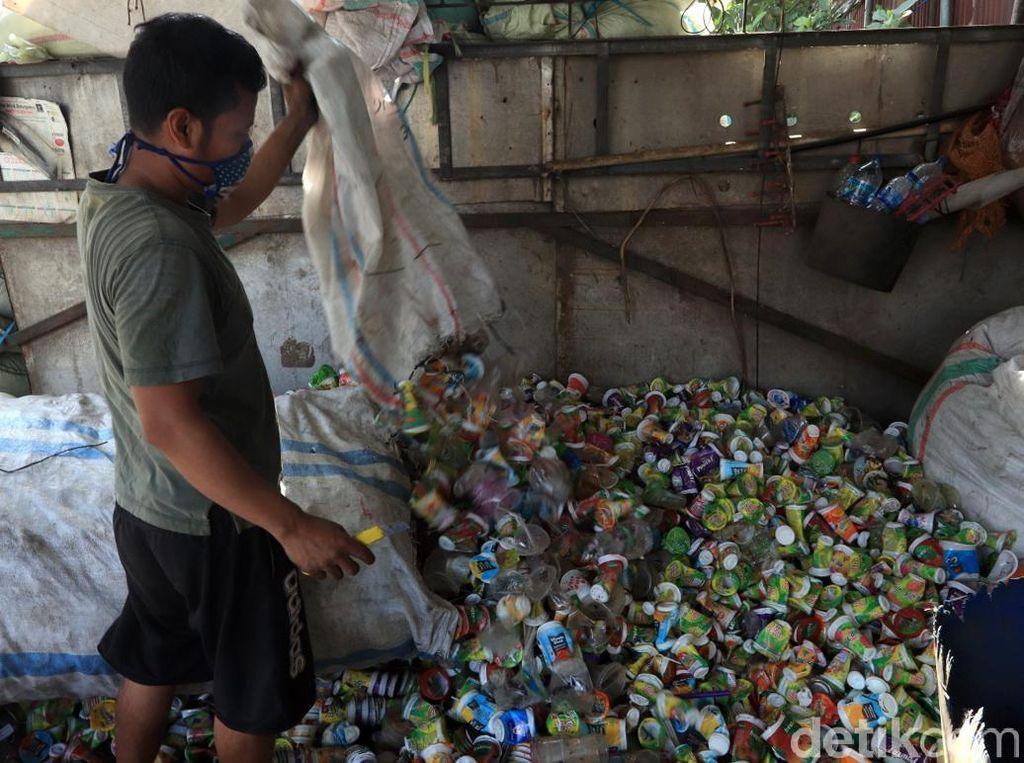 Sampah-sampah plastik yang dikumpulkan di pabrik tersebut didapat dari berbagai kawasan di Kota Bandung.