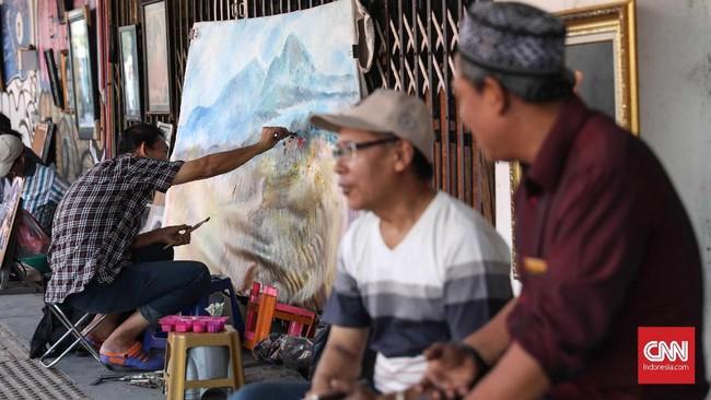 Lokasi trotoar telah menjadi tempat menjaja lukisan sejak tahun 1980-an. Kebanyakan dari mereka pernah menggeluti profesi lain. (CNNIndonesia/Safir Makki)