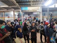 Hujan Perdana, Ratusan Penumpang Terjebak di Stasiun Citayam