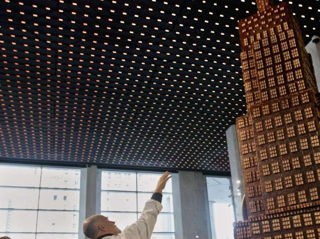 Sculpture cokelat tertinggi dibuat setinggi 629,6 cm yang dilakukan di Amerika. Untuk membuat ini, mereka menghabiskan cokelat seberat 998 kg. Foto: Guinness World Records