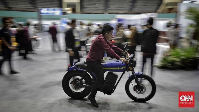 Pengunjung mencoba motor listrik di Pameran Hari Listrik Nasional ke-74 (HLN ke-74) di Jakarta Convention Center (JCC), Rabu, 9 Oktober 2019.(CNN Indonesia/Adhi Wicaksono).