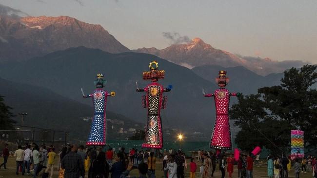 Nantinya, patung-patung itu. Patung Dewi Durga dilarung di laut, sementara patung Rahwana dibakar. (AP Photo/Ashwini Bhatia)
