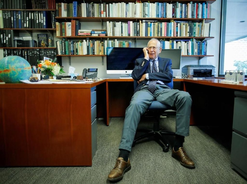 James Peebles langsung sibuk menerima ucapan selamat. James yang kelahiran Kanada ini adalah akademisi di Princeton University. Foto: Reuters