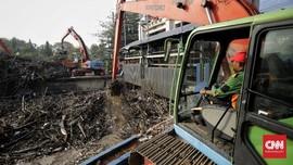FOTO: Sampah Menumpuk di Pintu Air Manggarai