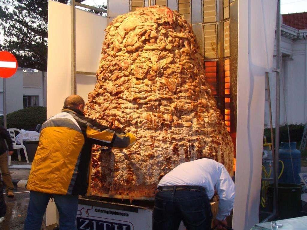Bisa buat dengan makan daging kebab seberat 4.022 kg yang dibuat oleh Zith Catering Equipment LTD pada 31 Desember 2008. Foto: Guinness World Records