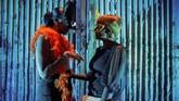 Pesta kostum menjadi favorit dalam penyelenggaraan tiap tahun. Pengunjung wajib mengenakan kostum bertema fantasi dan fetish. (AFP/Luca Sola)