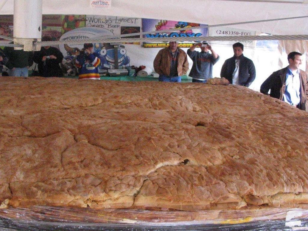 Sandiwich terbesar ini dibuat oleh Wild Woodys Chill and Grill di Michigan pada 17 Maret 2005. Beratnya mencapai 2.467 kg. Foto: Guinness World Records