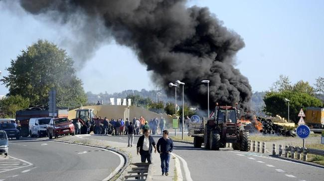 Para petani Prancis juga menolak desakan kelompok pecinta lingkungan untuk menekan penggunaan pestisida. (Photo by NICOLAS TUCAT / AFP)