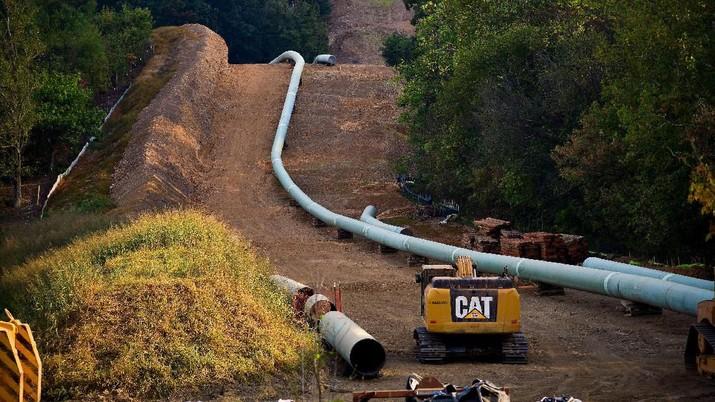 Panjang pipa yang diletakkan untuk dipasang  di bawah tanah di sepanjang Mountain Valley Pipeline yang sedang dibangun di dekat Elliston, Virginia, AS 29 September 2019. REUTERS / Charles Mostoller