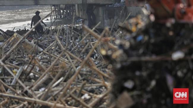 Dinas Lingkungan Hidup DKI Jakartamenyatakan volume sampah yang menumpuk di Pintu Air Manggarai mencapai 322 meter kubik.(CNN Indonesia/ Adhi Wicaksono)