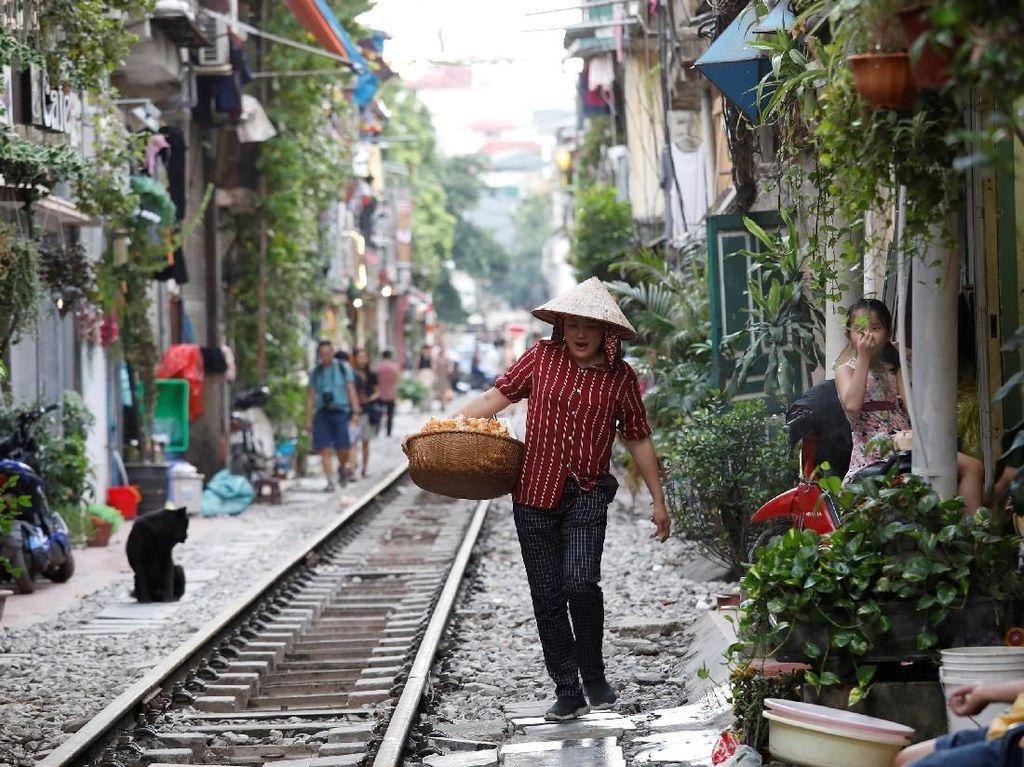 Seperti diketahui, rel kereta api di kawasan Vietnam banyak yang berada berdekatan dengan rumah maupun toko-toko milik warga. Aktivitas perdagangan seperti berjualan makanan ringan di area sekitar rel kereta api itu pun jadi rutinitas yang kerap ditemui saat berkunjung ke Hanoi, Vietnam.