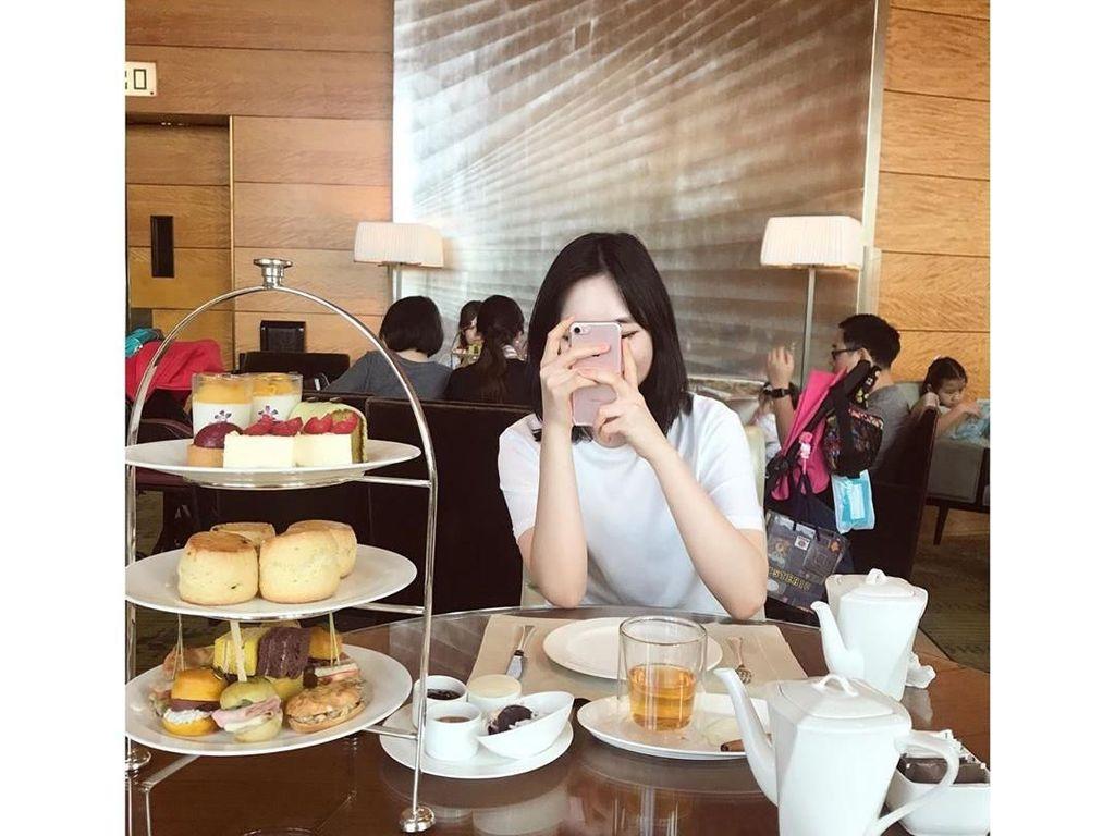 Jalan-jalan ke Hong Kong, Han Seo Hee melengkapi liburannya dengan nikmati afternoon tea. Ada ragam scone, mini sandwich, dan cheesecake yang menemaninya. Foto: Instagram hxxsxxhee