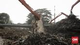Pekerja kebersihan mengangkat sampah yang menumpuk di pintu air Manggarai, Jakarta, Rabu (9/10). (CNN Indonesia/ Adhi Wicaksono)