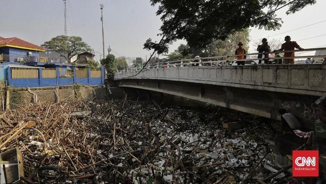 Kepala Dinas Lingkungan Hidup DKI Jakarta Andono Warih mengatakan sebanyak tujuh rit truk sampah typer besar dan 11 rit typer kecil dikerahkan untuk mengangkut sampah. (CNN Indonesia/ Adhi Wicaksono)