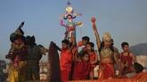 Masyarakat juga memakai kostum serupa penggambaran Rama dan Shinta. (AP Photo/Channi Anand)